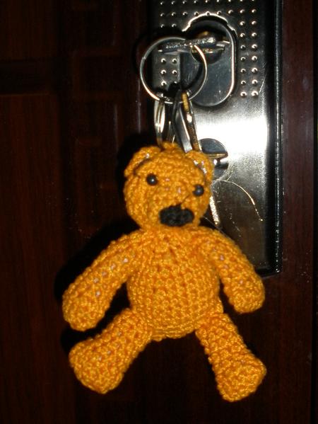 Носок для телефона и медведь для ключей.