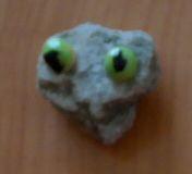 Глаза из горошин и мышка из камня