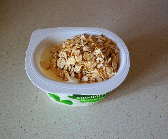 Мой любимый йогурт с овсяными хлопьями, черносливом и орехами