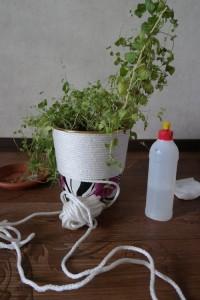 Оригинальный горшок из мусорного ведра и верёвки