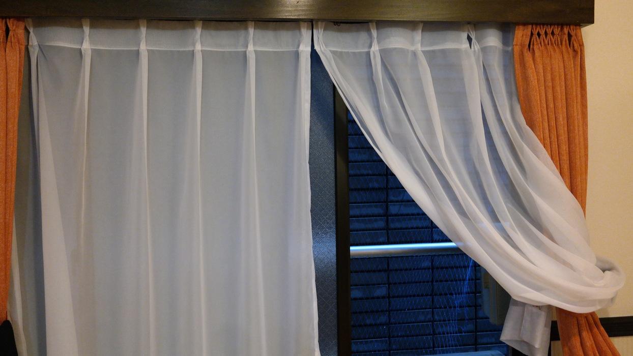 Окно с видом на стену
